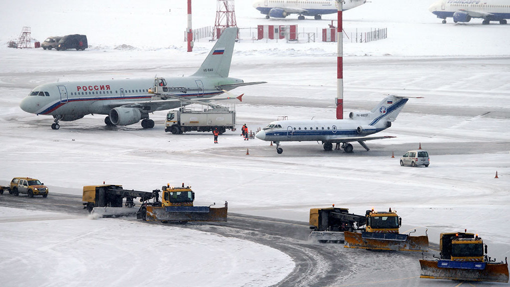 В Москве из-за сильнейшего за 60 лет снегопада задержаны и отменены 80 рейсов. Не повезло и Екатеринбургу