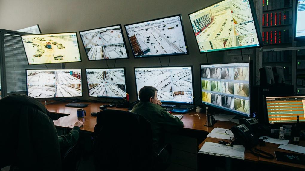 Видеокамеры с нейросетями и домофоны с биометрией. Как работает служба безопасности Солнечного