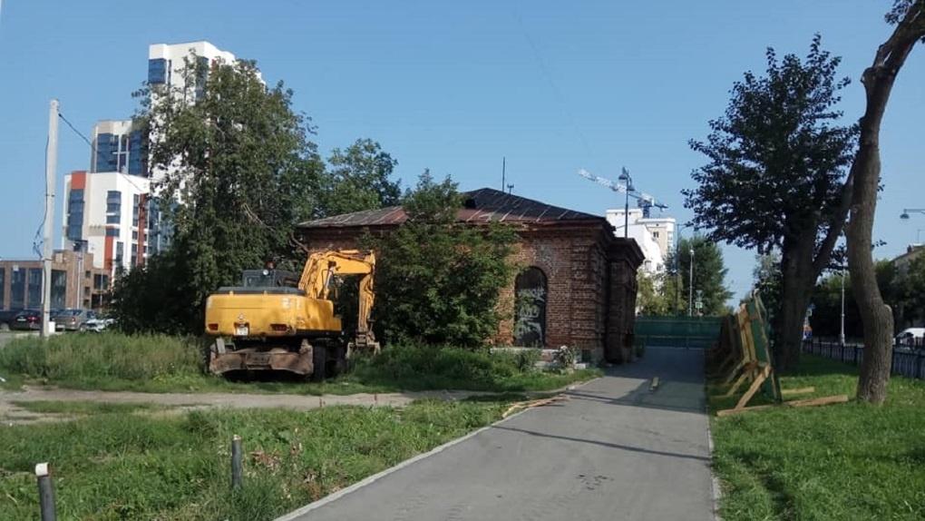 На ВИЗе сносят бывший памятник архитектуры. Фото
