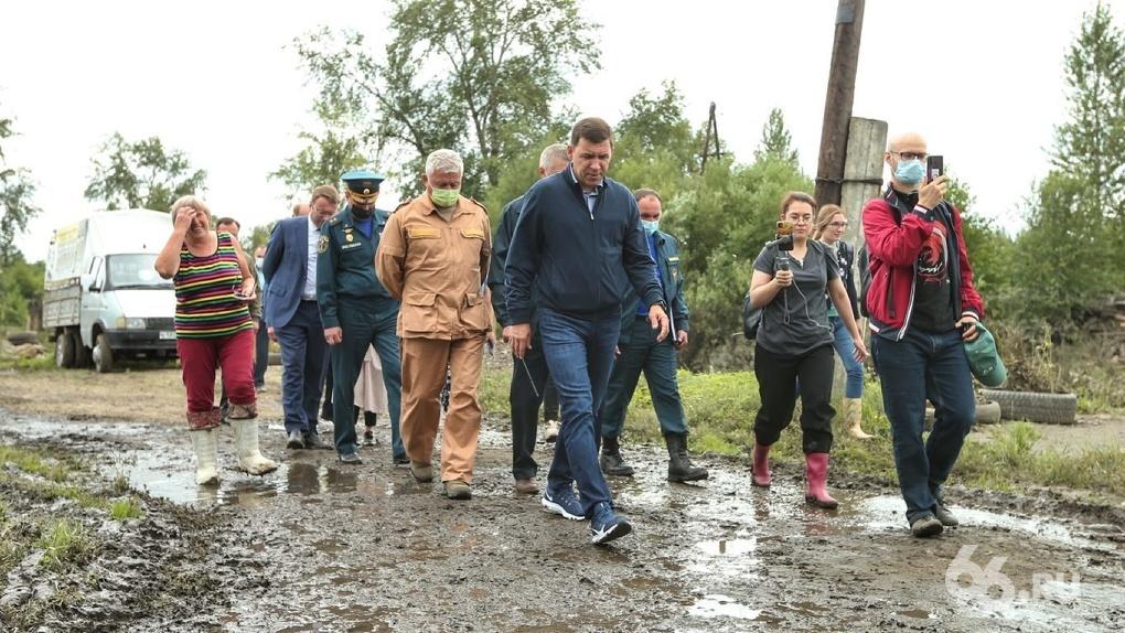 «Только губернатор приехал – поступили выплаты»: Евгений Куйвашев осмотрел затопленные дома в Салде