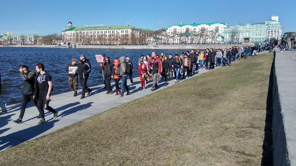 Штаб Навального ищет девушку, которую во время шествия в Екатеринбурге забросали яйцами