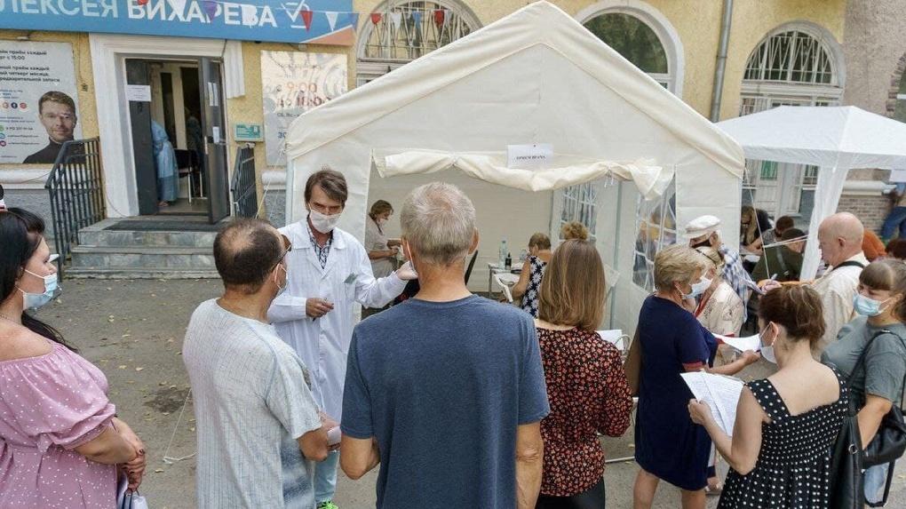 «Хватило бы сил у врачей». Депутаты гордумы получают сотни заявок на выездную вакцинацию во дворах