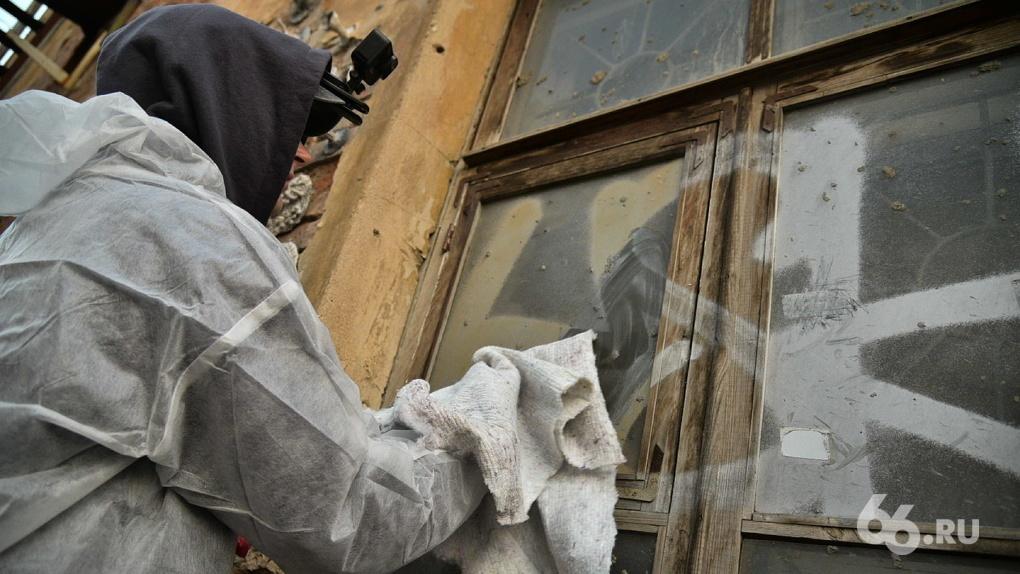 Покрас Лампас устроил перформанс с разбитым окном в центре Екатеринбурга. Фото, видео