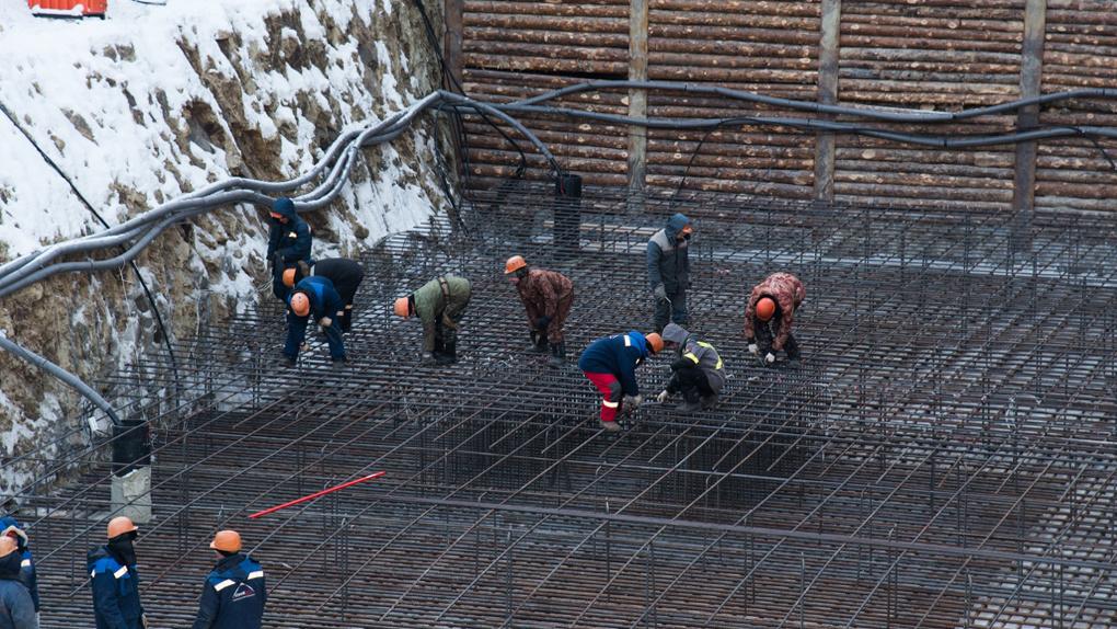 Дефицит кадров – 50%: уральские строители попросили правительство РФ вернуть им мигрантов