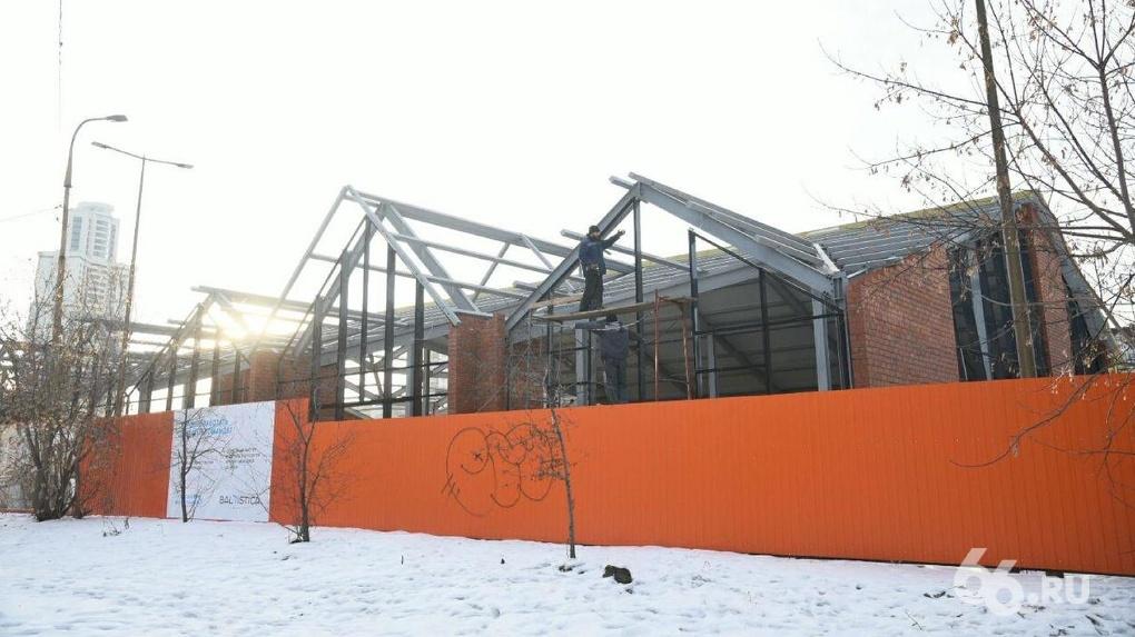 Вместо небоскребов УГМК строит напротив Ельцин Центра огромный павильон с огнестрельным оружием. Фото