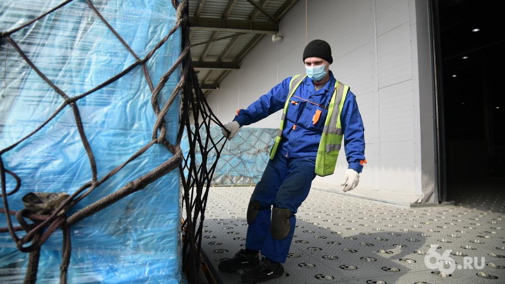 В Екатеринбург прибыл самолет с 3 млн масок. Их купили для больниц Игорь Алтушкин и Андрей Симановский