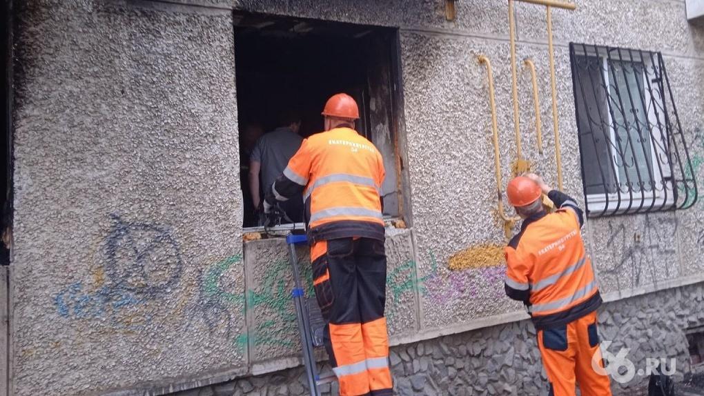 На Уралмаше после взрыва газа загорелась квартира в жилом доме