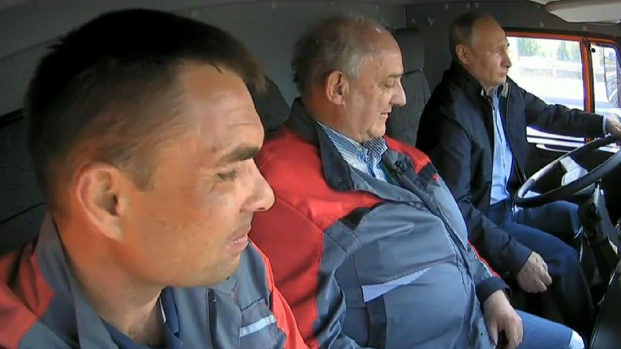 «Жми, екарный бабай!» Владимир Путин за рулем «КамАЗа» открыл Крымский мост