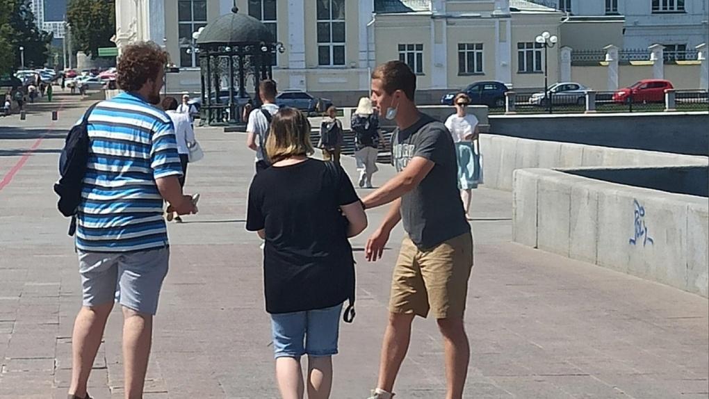 В центре города парень бесплатно раздал прохожим ящик мороженого. Фото