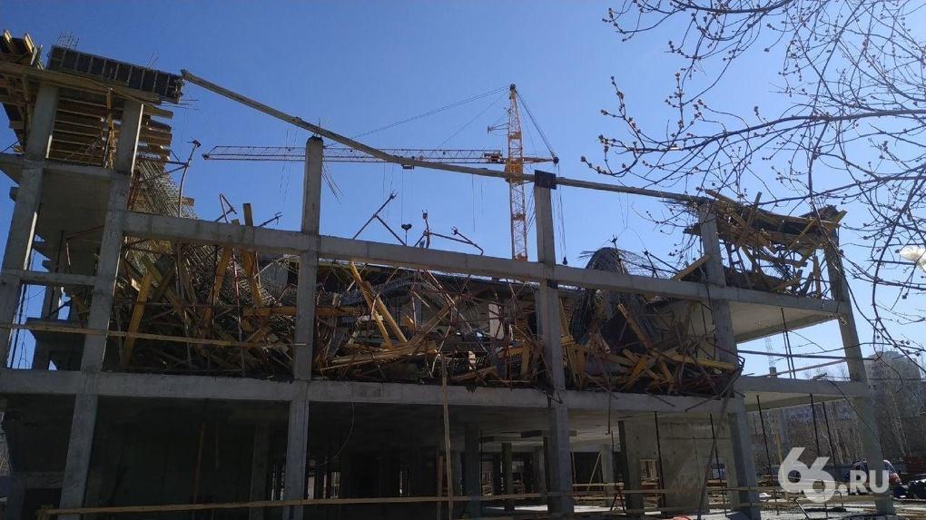 В Екатеринбурге обрушилось здание строящейся школы. Фото