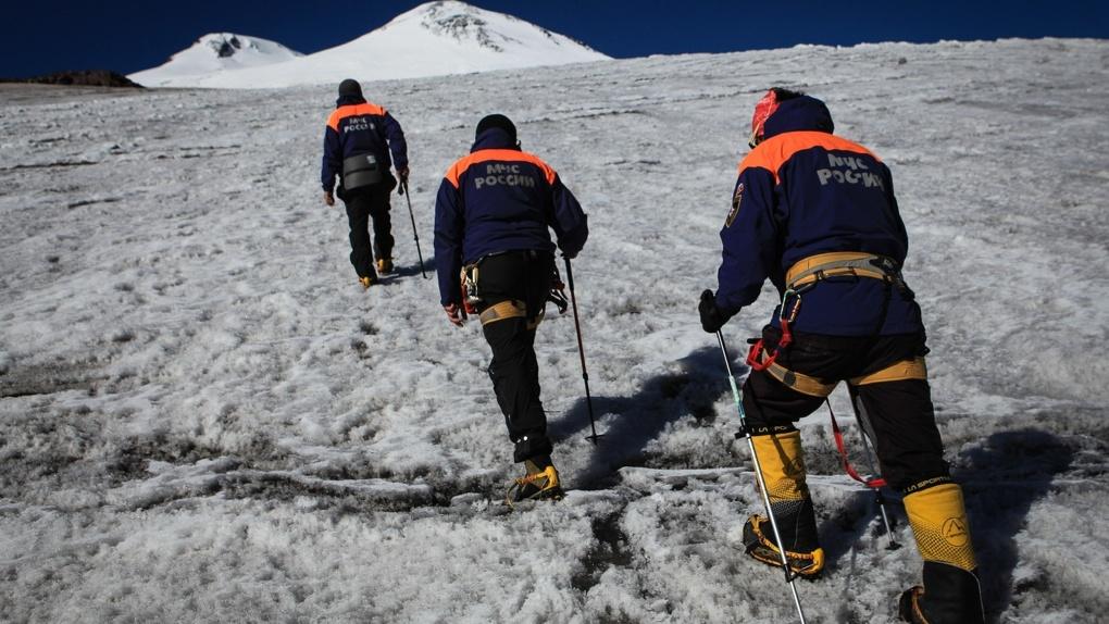 На Эльбрусе в двадцатиградусный мороз спасатели эвакуировали группу туристов. Пять человек погибли